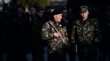 Soldats ukrainiens devant la base militaire de Sebastopol, en Crimée, ce lundi 3 mars.