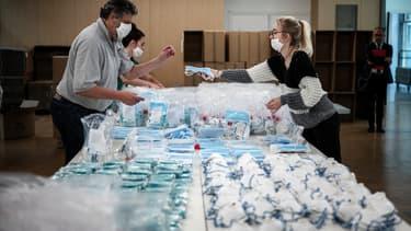 Des masques de protection à destination des Ehpad en train d'être préparés en Auvergne-Rhône-Alpes