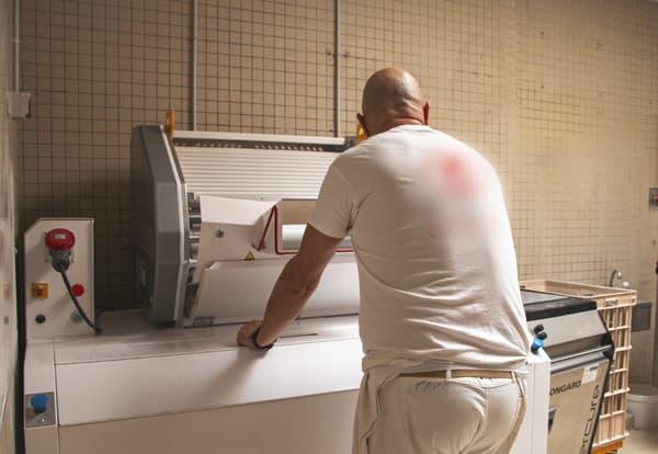 Un détenu prépare du pain, à la maison centrale de Saint-Maur (Indre), le lundi 12 avril 2021.