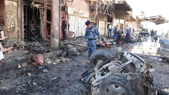 A Hilla, à environ 100 km au sud de Bagdad, après l'explosion d'une bombe. Une vague d'attentats a secoué mardi plusieurs villes d'Irak, faisant au moins 39 morts et des dizaines de blessés. /Photo prise le 20 mars 2012/REUTERS/Habib