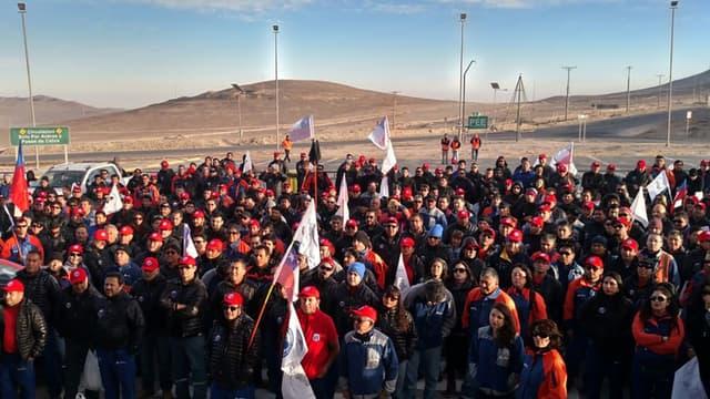 Les ouvriers de la plus grande mine de cuivre du monde, celle d'Escondida au Chili, ont entamé une grève illimitée.