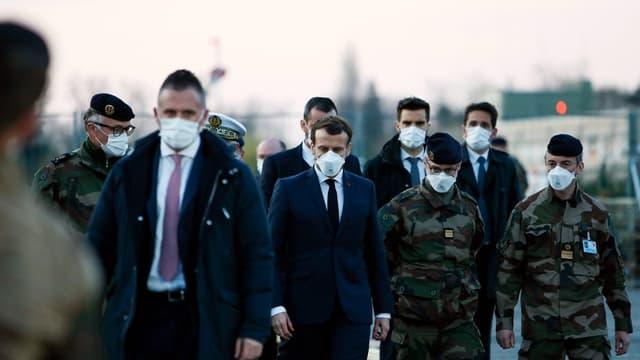 Le président Emmanuel Macron en déplacement à l'hôpital de campagne de Mulhouse, le 25 mars 2020