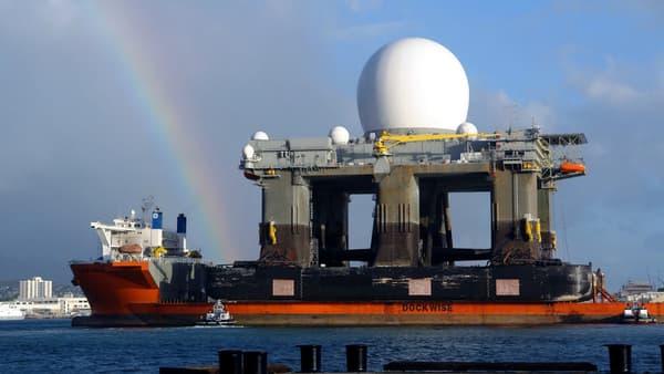 Le radar anti-missile SBX entrant dans Pearl Harbor à Hawaï, le 9 janvier 2006.