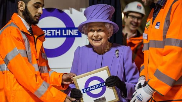 """Elizabeth II lors de la visite du chantier de la """"Elizabeth Line"""" le 23 février 2016."""