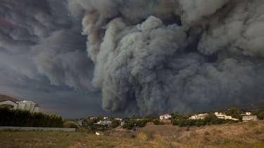 Nuage de fumée dans la région de Malibu, frappée par des incendies meurtriers, le 9 novembre 2018