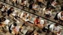 Des élèves planchent sur l'épreuve de philosophie du baccalauréat, la première au programme. Quelque 654.000 élèves passent cet examen pour lequel l'Education nationale se dit particulièrement attentive face aux tentatives de fraude au moyen de téléphones