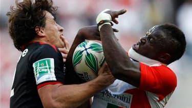 Duel entre le Toulousain Yannick Jauzion (à gauche) et Takudzwa du Biarritz Olympique, au Stade de France. Le Stade Toulousain a remporté la Coupe d'Europe de rugby en battant samedi Biarritz 21-19 en finale. /Photo prise le 22 mai 2010/REUTERS/Pascal Ros