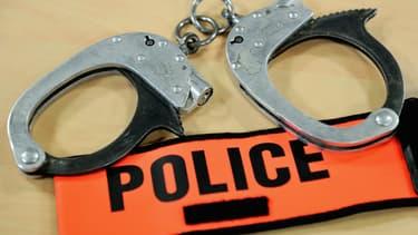 Menottes de brassard de police (illustration)