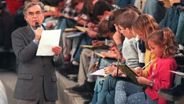 La dictée de Bernard Pivot du 08 novembre 1997, dans les arènes de Nîmes. 7500 personnes dans 23 villes différentes ont participé à cet évènement.