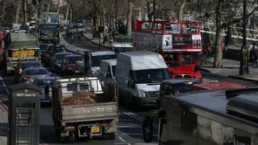 Une rue chargée de trafic au centre de Londres (Grande-Bretagne).