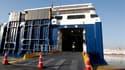 Navires à quai sur le port du Pirée. la Grèce tournait au ralenti jeudi dans le cadre du premier mouvement de grève d'ampleur organisé depuis la formation d'un gouvernement d'union nationale. /Photo prise le 1er décembre 2011/REUTERS/Yiorgos Karahalis