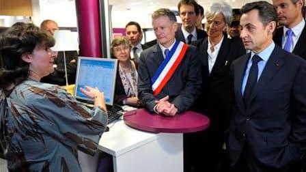 Nicolas Sarkozy en visite dans une agence Pôle emploi du Val d'Oise. Le gouvernement a confirmé la création d'une allocation spécifique de crise pour les chômeurs en fin de droit, dont le montant sera de l'ordre de 460 euros par mois. /Photo prise le 15 a