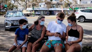 Des gens assis sur un banc à Nouméa, en Nouvelle-Calédonie, le 8 mars 2021.