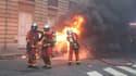 Les sapeurs-pompiers de Paris éteignant un véhicule en feu le 8 décembre