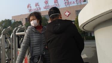 Patients à la sortie d'un hôpital de Wuhan