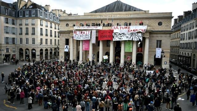 Des musiciens donnent un concert classique devant le théâtre de l'Odéon occupé à Paris, le 27 mars 2021