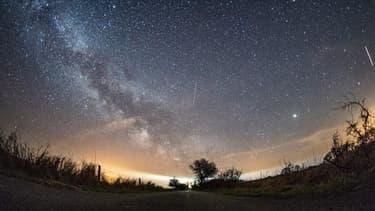 Plusieurs pluies d'étoiles filantes seront observables pendant l'été. (illustration)