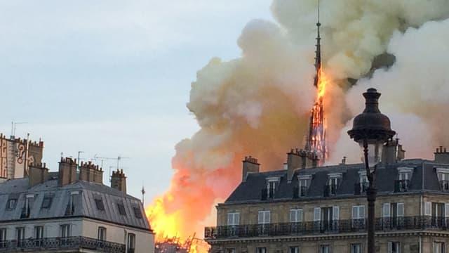 La flèche de Notre-Dame en feu