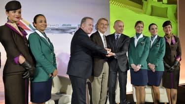 Au centre de l'image, James Hogan ( à gauche) serre la main à Luca Cordero di Montezemolo, président d'Alitalia.