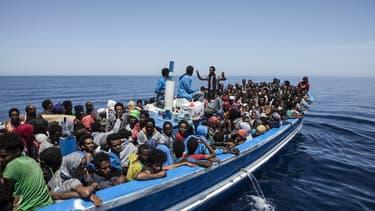 Un bateau de migrants secourus en Méditerranée, le 3 mai 2015.