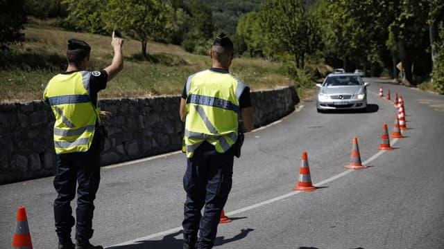 Des gendarmes français arrêtent des voitures à Sospel, près de la frontière italienne le 9 août 2017
