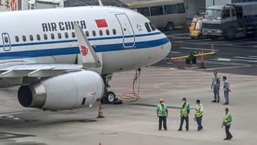Les vols China Southern et China Eastern prévus cette semaine à destination de la France ont été annulés, selon les horaires publiés en ligne. Un vol Air China Pékin-Paris était toujours annoncé pour lundi.