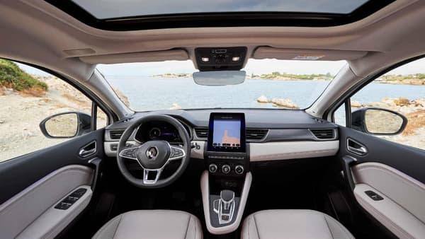 L'intérieur du nouveau Renault Captur en finition Initiale Paris. La planche de bord introduite sur la dernière Clio arrive sur le SUV, avec (dans cette finition haute) un grand écran tactile au centre de 9,3 pouces et des compteurs numériques derrière le volant. Seul petit bémol: on peut bien faire apparaître les instructions de navigation au niveau des compteurs (tourner à droite dans 100 mètres par exemple) mais pas l'affichage intégral de la carte, ce que proposent d'autres marques généralistes, chez PSA notamment.