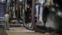 Un employé dans une usine de montage de PSA Peugeot Citroen. Photo d'illustration.