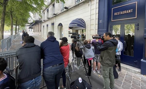 أنصار أمام فندق باريس سان جيرمان في ريمس.