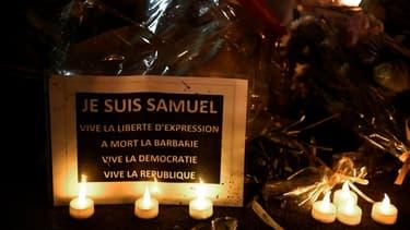 Hommage au professeur assassiné Samuel Paty lors d'une marche blanche à Conflans-Sainte-Honorine le 20 octobre 2020