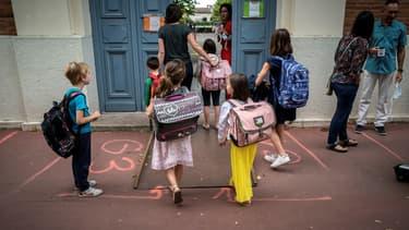 Des élèves et quelques parents devant une école primaire de Toulouse le 22 juin 2020.