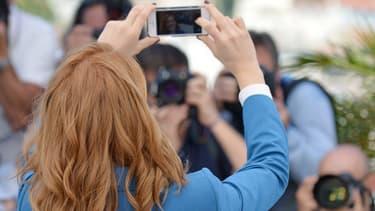 Léa Seydoux prend un selfie lors du Festival de Cannes.