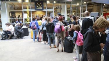 Des personnes font la queue devant un point d'information à la gare Montparnasse, le 30 juillet 2017 à Paris. (Photo d'illustration) - Jacques Demarthon - AFP