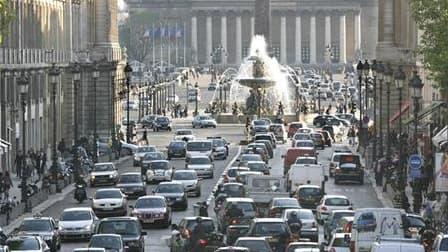 Près de la place de la Concorde, à Paris. Le gouvernement français entend limiter la pollution automobile dans les centres des grandes villes en favorisant l'interdiction d'accès à certains véhicules comme les poids lourds ou les voitures anciennes. La mi