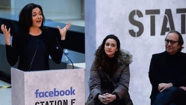 """Pour Sheryl Sandberg (à gauche aux côtés de Roxanne Varza, directrice de Station F, et Xavier Niel qui a financé le projet) investir à Paris dans le plus grand incubateur du monde est """"une opportunité incroyable""""."""