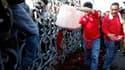 Les opposants au gouvernement thaïlandais ont trouvé un moyen spectaculaire d'exprimer leur mécontentement en vidant devant les bureaux du Premier ministre, à Bangkok, des bouteilles remplies de leur propre sang. /Photo prise le 16 mars 2010/REUTERS/Chaiw