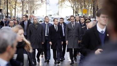 Emmanuel Macron constate les dégâts dans le quartier de l'Arc de Triomphe, le 2 décembre 2018.