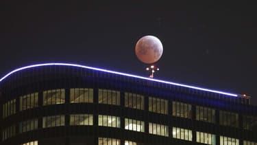 Eclipse de Lune le 4 avril 2014 visible dans le centre ville de Los Angeles.