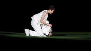 Rikako Ikee a porté la flamme dans le stade olympique en catamini jeudi