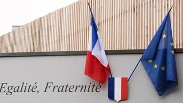 Les drapeaux français et européen sur le fronton de l'école Saint-Exupéry à Hellemmes, près de Lille, le 2 septembre 2014. (Photo d'illustration)