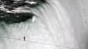 Le funambule américain Nik Wallenda a franchi vendredi les chutes du Niagara sur un fil tendu au-dessus du vide. La traversée a duré un peu plus de 25 minutes. /Photo prise le 15 juin 2012/REUTERS/Mark Blinch