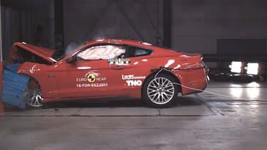 La Ford Mustang commercialisée en Europe depuis 2015, lors d'un crash-test frontal à 64km/h.