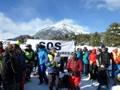Des professionnels de la montagne manifestent pour revendiquer leur devoir d'assistance aux migrants à Névache, dans les Alpes françaises, le 17 décembre 2017