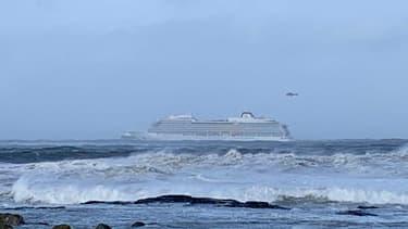 Les autorités norvégiennes ont initié samedi l'évacuation spectaculaire par hélicoptère des quelque 1.300 passagers d'un navire de croisière, victime d'un problème moteur au large de la Norvège