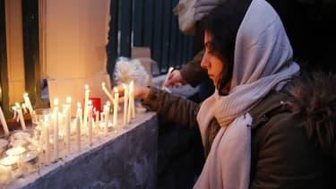 Une veillée en mémoire des victimes du crash devant l'Université Amir Kabir de Téhéran, à laquelle l'ambassadeur britannique a participé