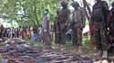 Des soldats kenyans face à une saisie d'armes appartenant à des islamistes shebab, le 15 juin 2015
