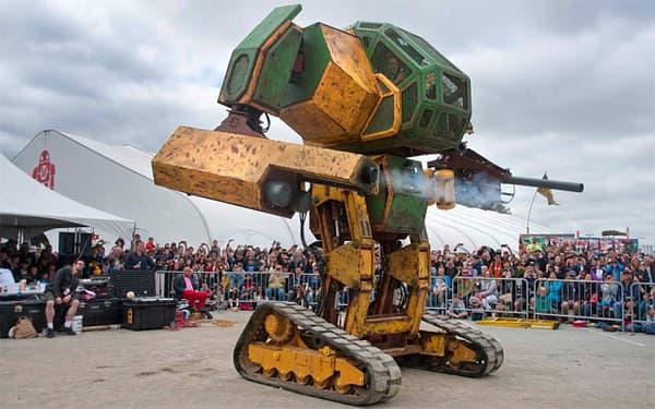 L'américain Mark II a été créé par Megabots. Piloté par deux personnes, il est équipé d'une mitrailleuse lourde.