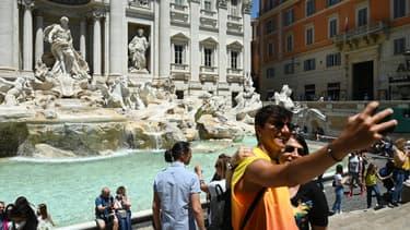 Touristes devant la fontaine de Trevi à Rome, en Italie, le 3 juin 2021