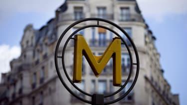 Un signe indiquant le métro dans Paris.