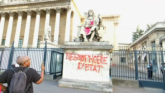 La statue de Colbert devant l'Assemblée taguée ce mardi soir.
